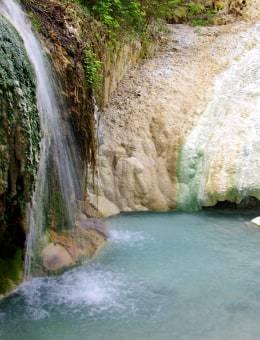 acqua termale di bagni san filippo scorre sulle rocce